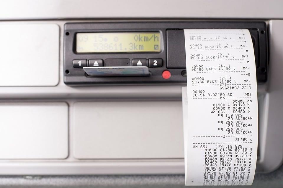 Você sabia que o tacógrafo digital facilita a conferência dos dados referentes ao transporte de mercadorias suas mercadorias? Saiba mais em nosso artigo.